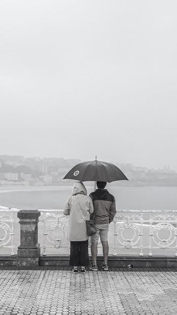 ... Lluvia de primavera/ bajo el paraguas/ mirando La Concha...