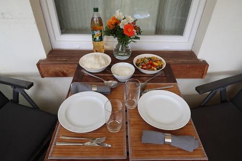 für Abendessen gedeckter Tisch auf unserem Balkon