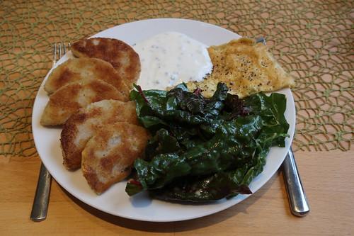 Panierte Kohlrabi mit Joghurt-Schnittlauch-Dip und Mangoldsalat (mein Teller)