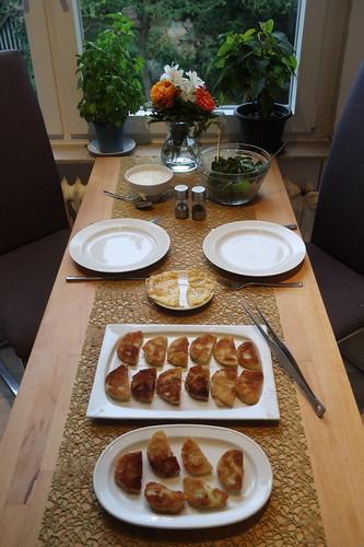 Panierte Kohlrabi mit Joghurt-Schnittlauch-Dip und Mangoldsalat (Tischbild)
