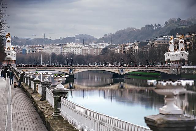 Ciri. Puente María Cristina, detalle de la barandilla, rio Urumea.