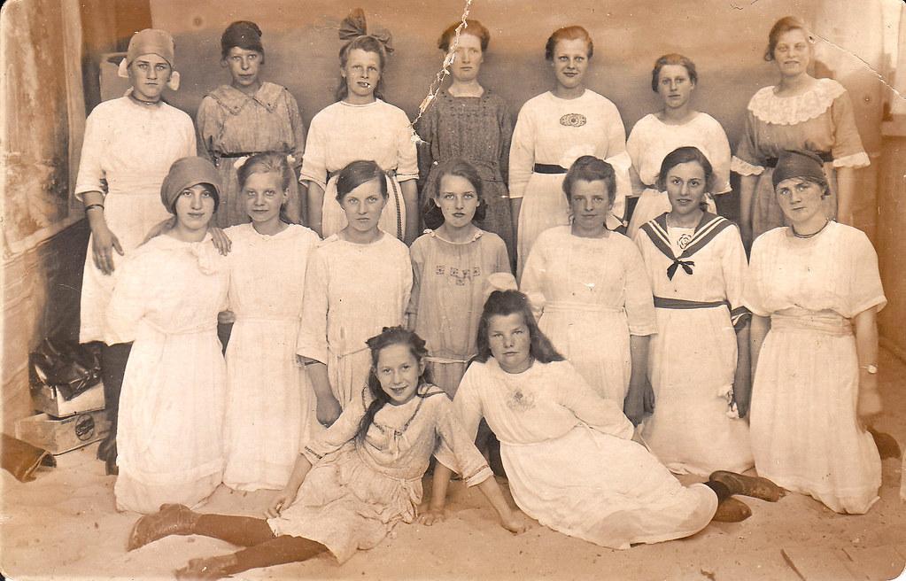 Christ. Meisjes Vereniging. Het linkse, zittende meisje is Anna Dullaart, mijn moeder.