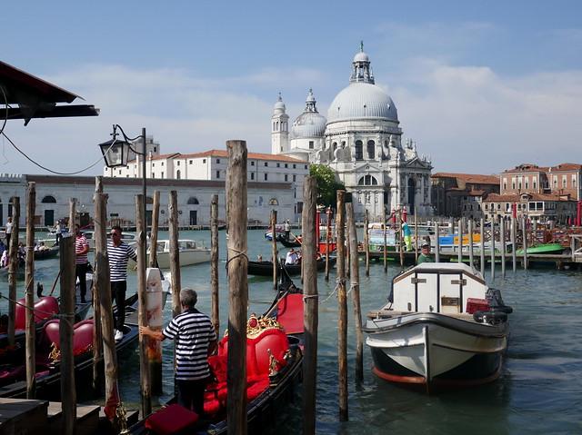Les gondoliers s'affairent face à la Salute, piazzetta San Marco, quartier San Marco, Venise, Vénétie, Italie.