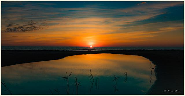 Reflejos anaranjados en el horizonte y el lago // Orange reflections on the horizon and the lake