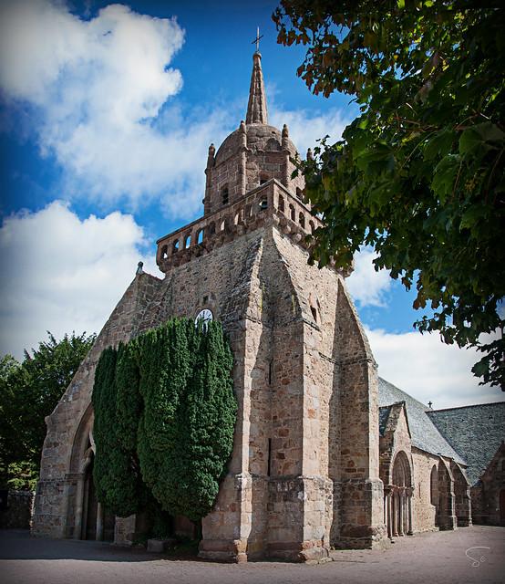 une église éprise de verdure