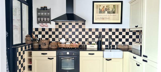 Landelijk lichte keuken met zwart wit muurtegels oude prent