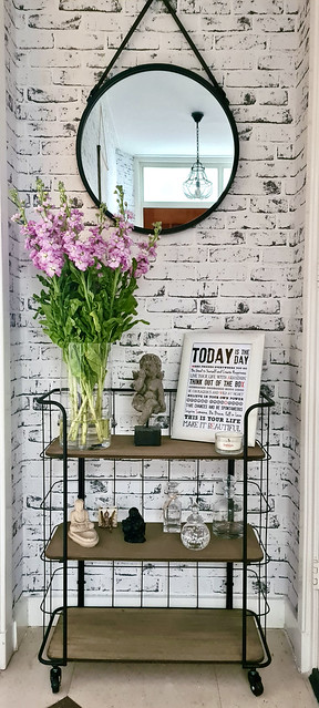 Bakkerskar behang stenen roze bloemen ronde spiegel aan ketting