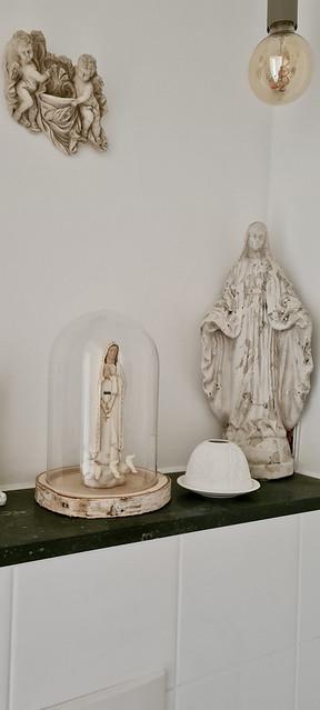 Maria beeld onder stolp religieuze beelden plank toilet