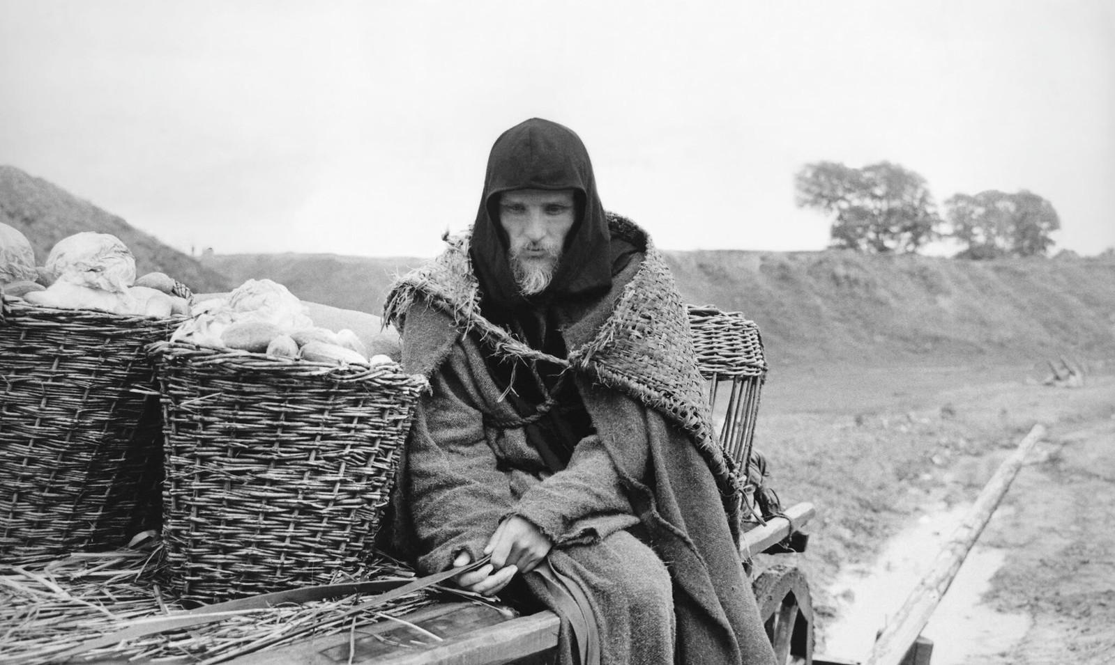 1966. Анатолий Солоницын на съемочной площадке Андрея Рублева