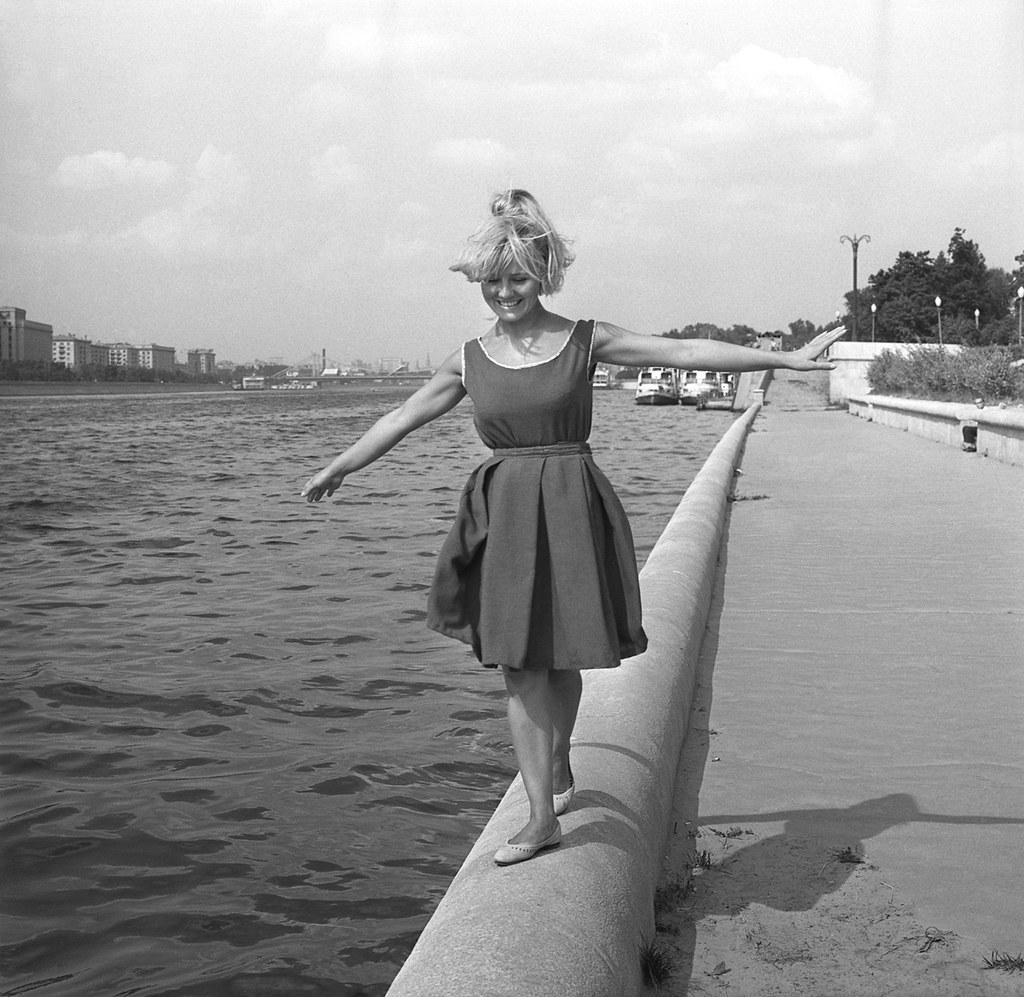 1964. Светлана Савелова на Пушкинской набережной Москвы реки