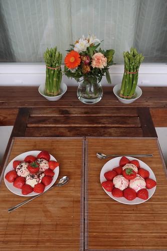 Erdbeeren mit Vanilleeis und Erdbeersirup (auf unserem Balkon)