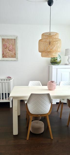 Rieten hanglamp boven eettafel Riviera Maison eetkamerstoelen