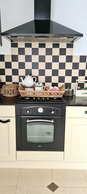 Landelijk brocante keuken met zwart witte tegels