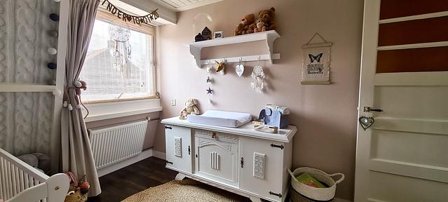 Brocante commode aankleedkussen behang breimotief kapstokje babykamer