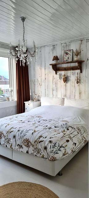 Lichte slaapkamer kroonluchter kapstok boven het bed