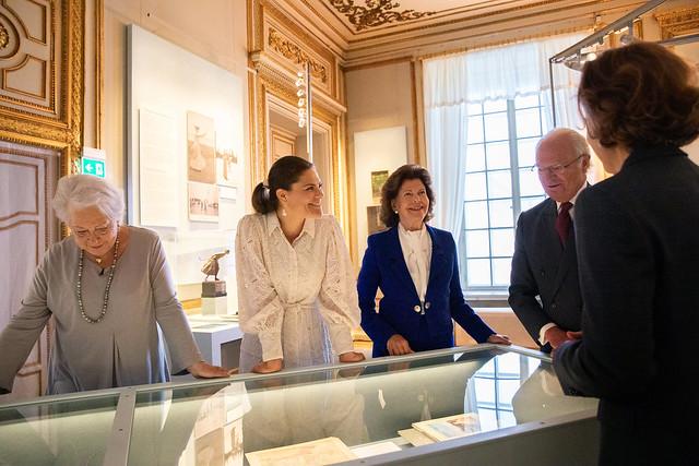 Koning Carl Gustav van Zweden huldigt, in bijzijn van Koningin Silvia van Zweden, Kroonprinses Victoria en Prins Daniel van Zweden, en Prinses Christina van Zweden, een tentoonstelling over zijn grootmoeder, Kroonprinses Margareta van Zweden