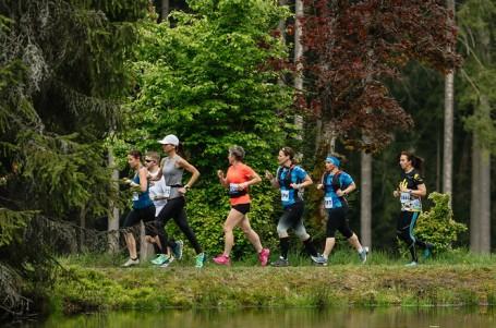 Lovecká sezona zahájena! Tisíc běžců vyrazilo s Běhej lesy do Slavkovského lesa