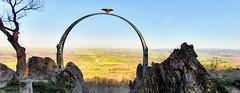 Der Adlerbogen am Donnersberg mit Blick in die Rheinebene Wanderung Rheinland-Pfalz Deutschland