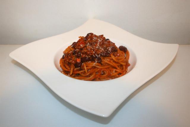 27 - Spaghetti with minced tomato bean sauce - Side view / Spaghetti mit Hackfleisch-Bohnen-Tomatensauce - Seitenansicht