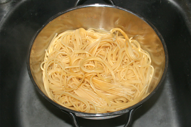 21 - Drain noodles / Nudeln abtropfen lassen