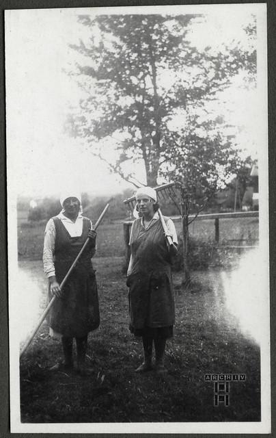 ArchivTappen24AAL4l69 Benno Bauer, Freundin mit Mutter, München, 1920er