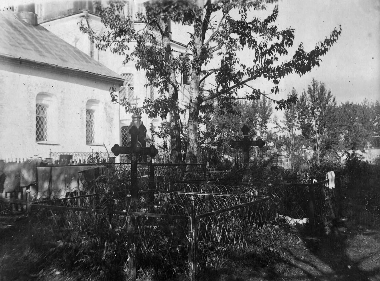 Погост возле собора на территории Никольского монастыря.