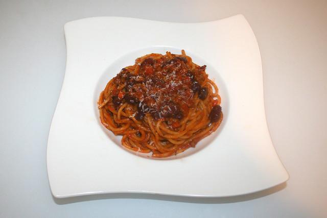 25 - Spaghetti with minced tomato bean sauce - Served / Spaghetti mit Hackfleisch-Bohnen-Tomatensauce - Serviert