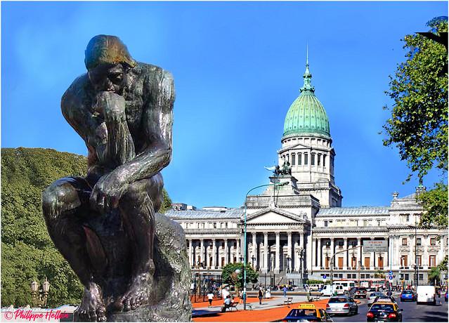 El Pensador devant le Palais du Congrès National