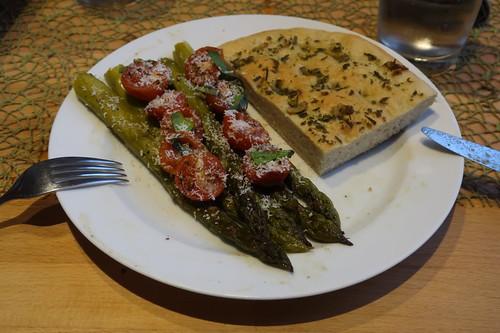 Ofenspargel auf italienische Art mit Focaccia (meine 2. Portion)