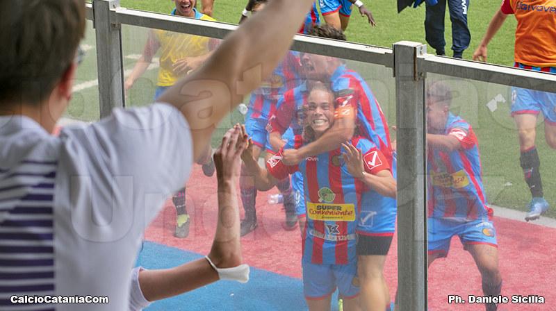 Tropea sotto la tribuna festeggia il goal della vittoria