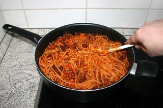 24 - Mingle spaghetti with sauce / Spaghetti mit Sauce vermischen