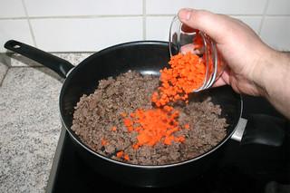 06 - Put diced carrots in pan / Möhrenwürfel in Pfanne geben