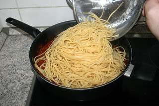 23 - Put spaghetti in sauce / Spaghetti in Sauce geben