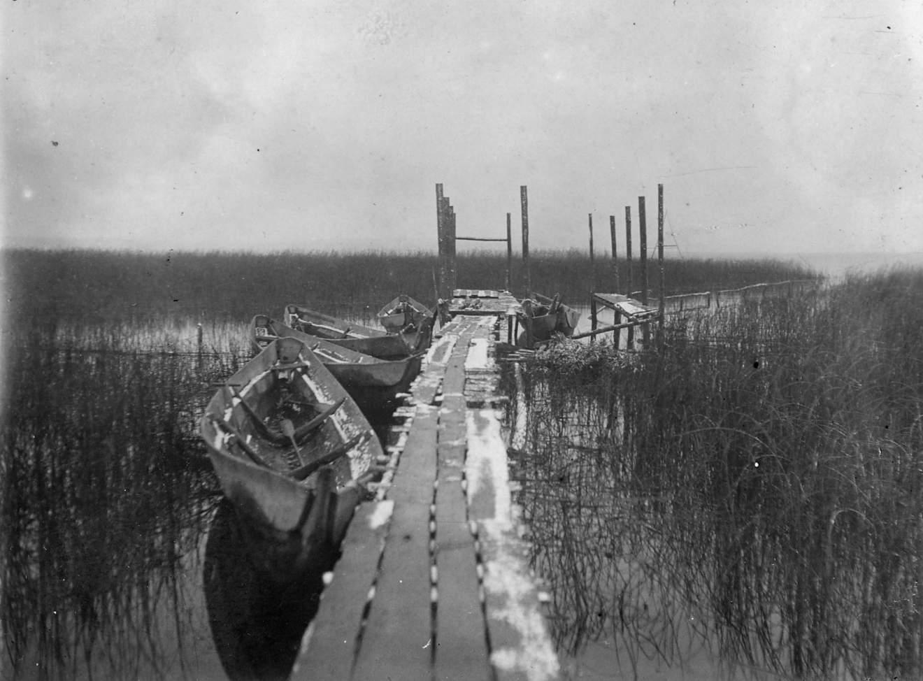Пристань для лодок на озере