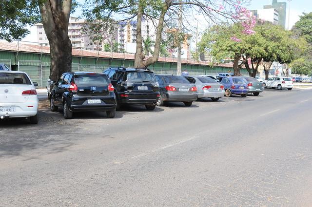 Um estacionamento comercial ao lado do Bezerrão