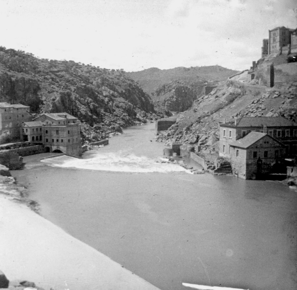 Playa con arena fina y blanca junto al Puente de Alcántara y los molinos de San Servando en los años 20. Fotografía de Daniel Dufol Álvarez