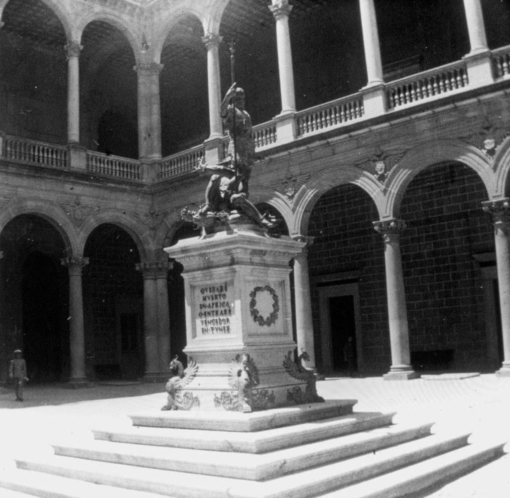 Patio del Alcázar, estatua de Carlos V, en los años 20. Fotografía de Daniel Dufol Álvarez