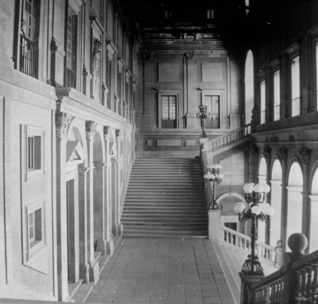 Escalera del interior del Alcázar en los años 20, fotografía de Daniel Dufol Álvarez