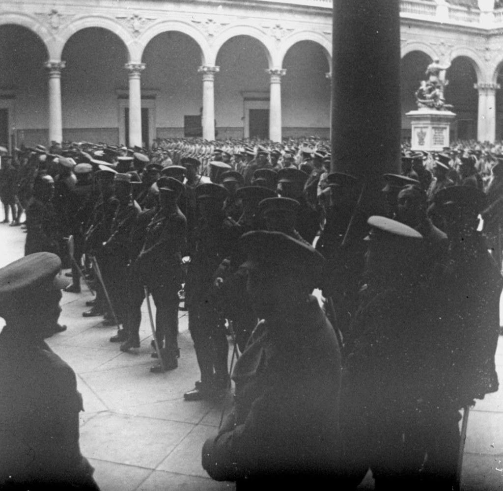 1925: 25 aniversario de la 7ª promoción de Infantería en el patio del Alcázar. Fotografía de Daniel Dufol Álvarez