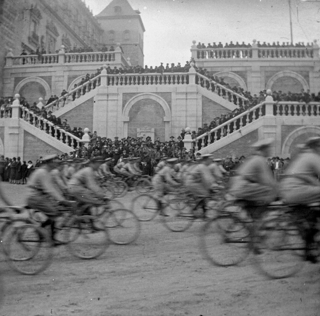 1925: 25 aniversario de la 7ª promoción. Desfile de bicicletas ante la escalera exterior del Alcázar. Fotografía de Daniel Dufol Álvarez