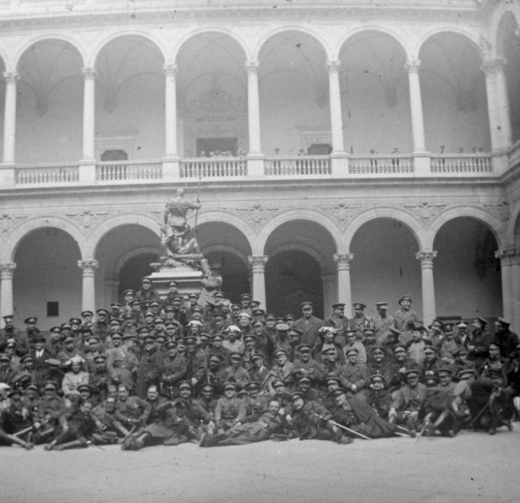 1925: 25 aniversario de la 7ª promoción de Infantería, patio del Alcázar. Fotografía de Daniel Dufol Álvarez