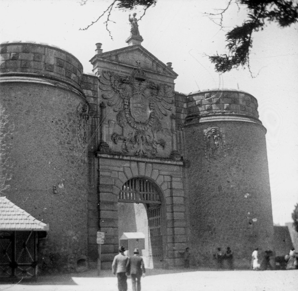 Puerta de Bisagra en los años 20. Fotografía de Daniel Dufol Álvarez