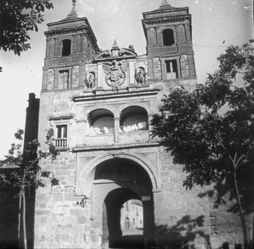 Puerta del Cambrón con ropa tendida en su interior en los años 20. Fotografía de Daniel Dufol Álvarez