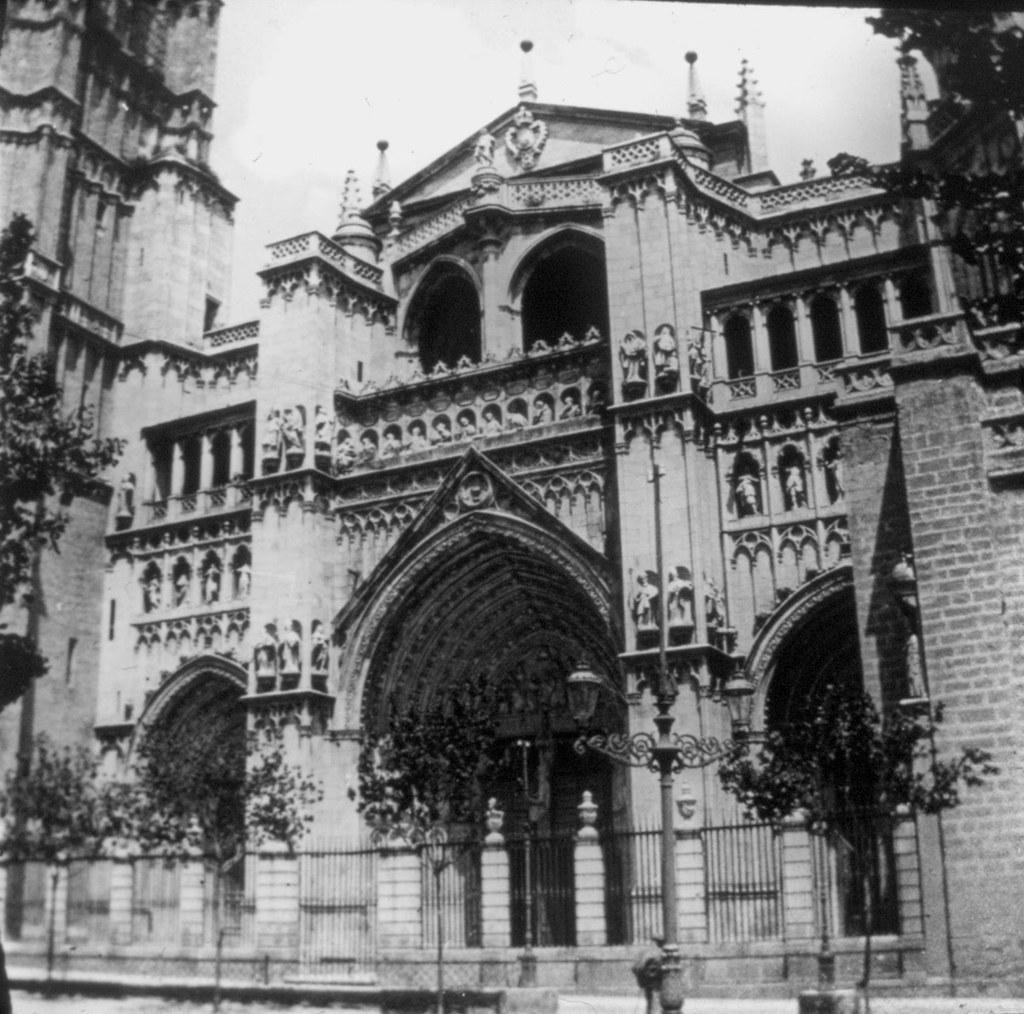 Fachada de la Catedral de Toledo en los años 20. Fotografía de Daniel Dufol Álvarez