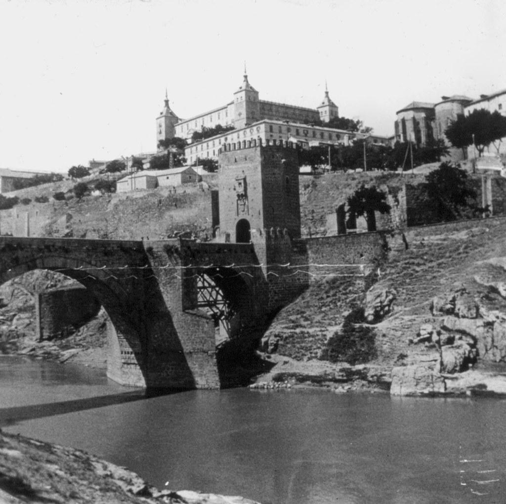 Puente de Alcántara y Alcázar en los años 20. Fotografía de Daniel Dufol Álvarez