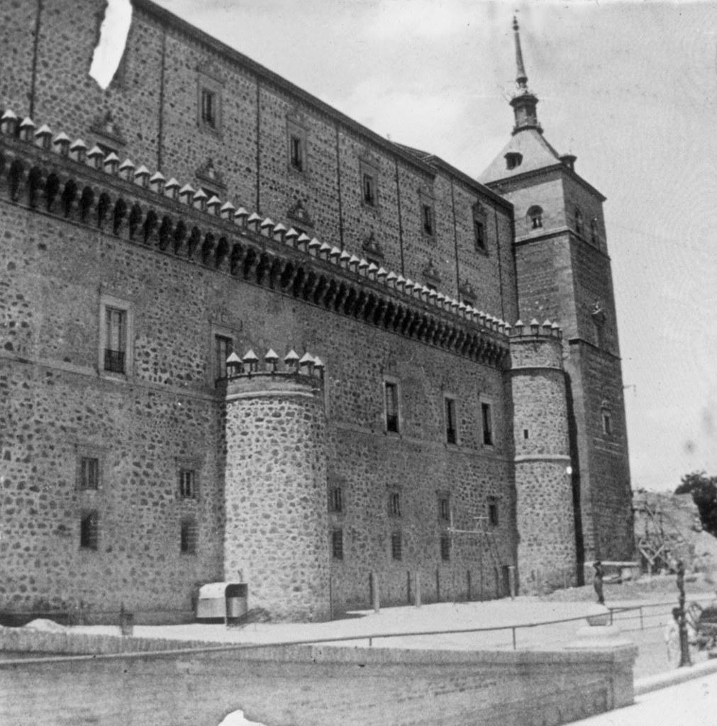 Alcázar de Toledo, fachada este, en los años 20. Fotografía de Daniel Dufol Álvarez