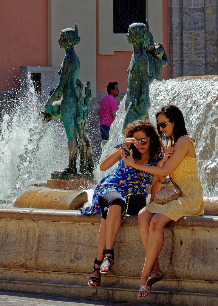 Candid (Checking The Selfie) Plaza Ayuntamiento - Valencia (Olympus OM-D EM1.2 & M.Zuiko 12-100mm f4 Pro Zoom)