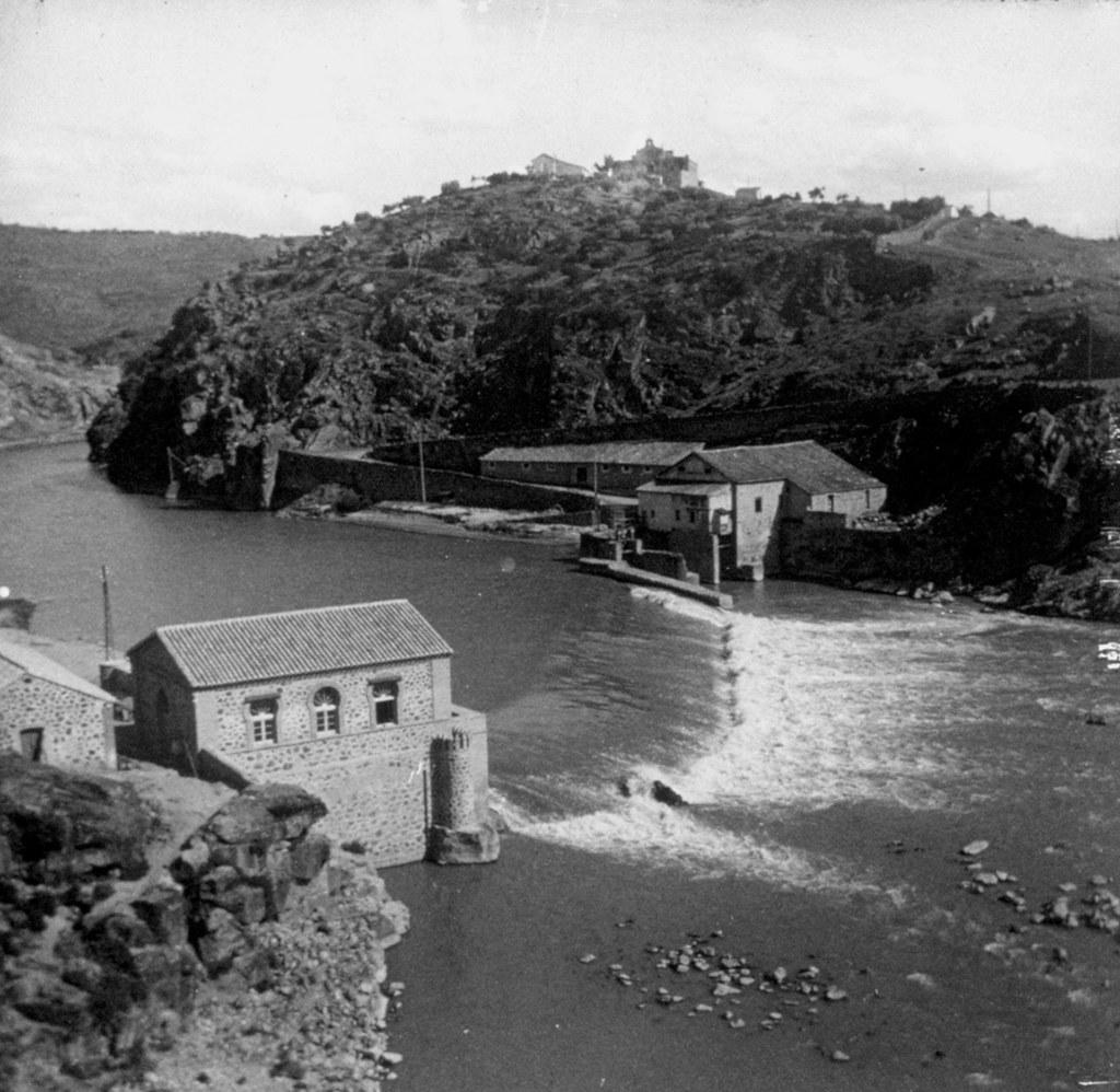 Molinos de Santa Ana en el río Tajo y al fondo la Ermita de la Cabeza en los años 20. Fotografía de Daniel Dufol Álvarez