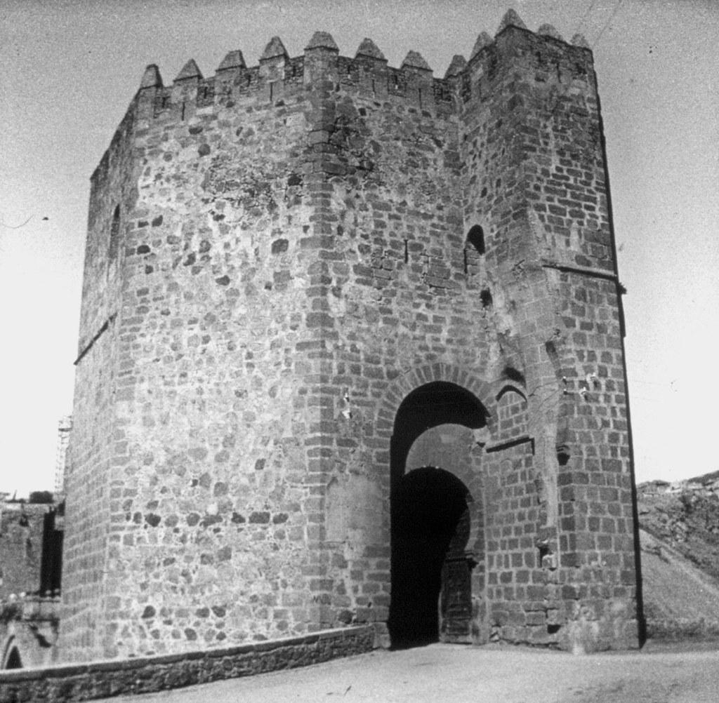 Entrada al torreón del puente de san Martín en los años 20, fotografía de Daniel Dufol Álvarez