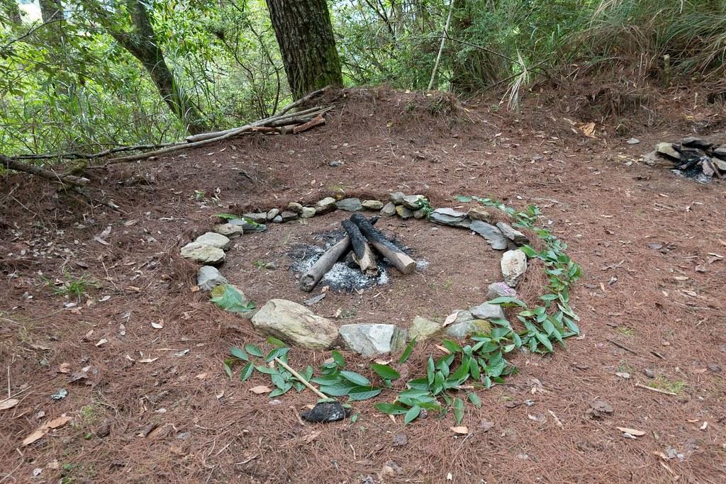 「減低用火對環境的衝擊」為無痕山林原則之一。營地用火須在火圈外圍設置不可燃的界線